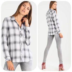 GAP Gray Drapey Plaid Ombre Long Sleeve Shirt L